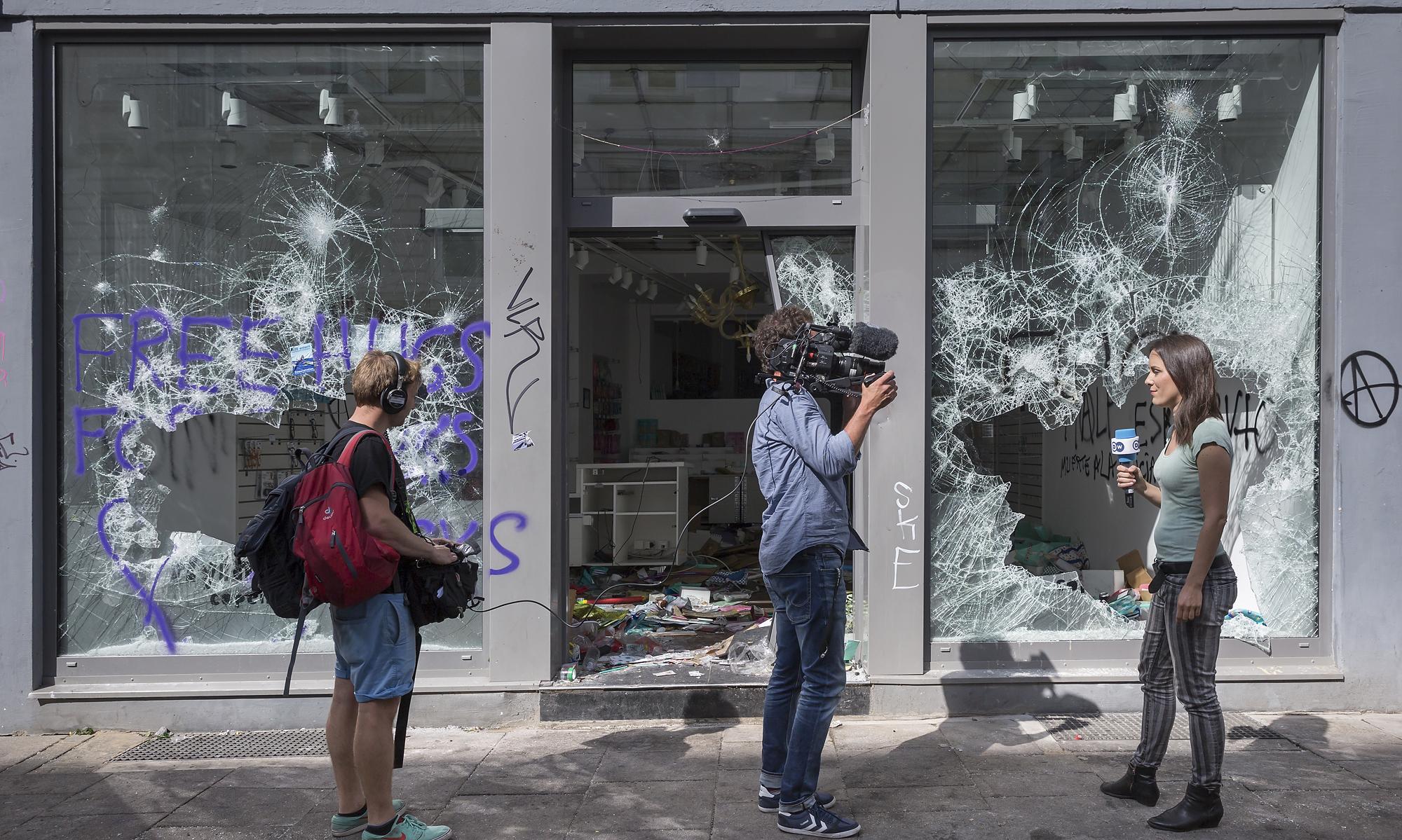 Ein Fernsehteam dreht am 08/07/2017 vor einem geplünderten Geschäft am Schulterblatt in Hamburg. Foto Florian Schuh
