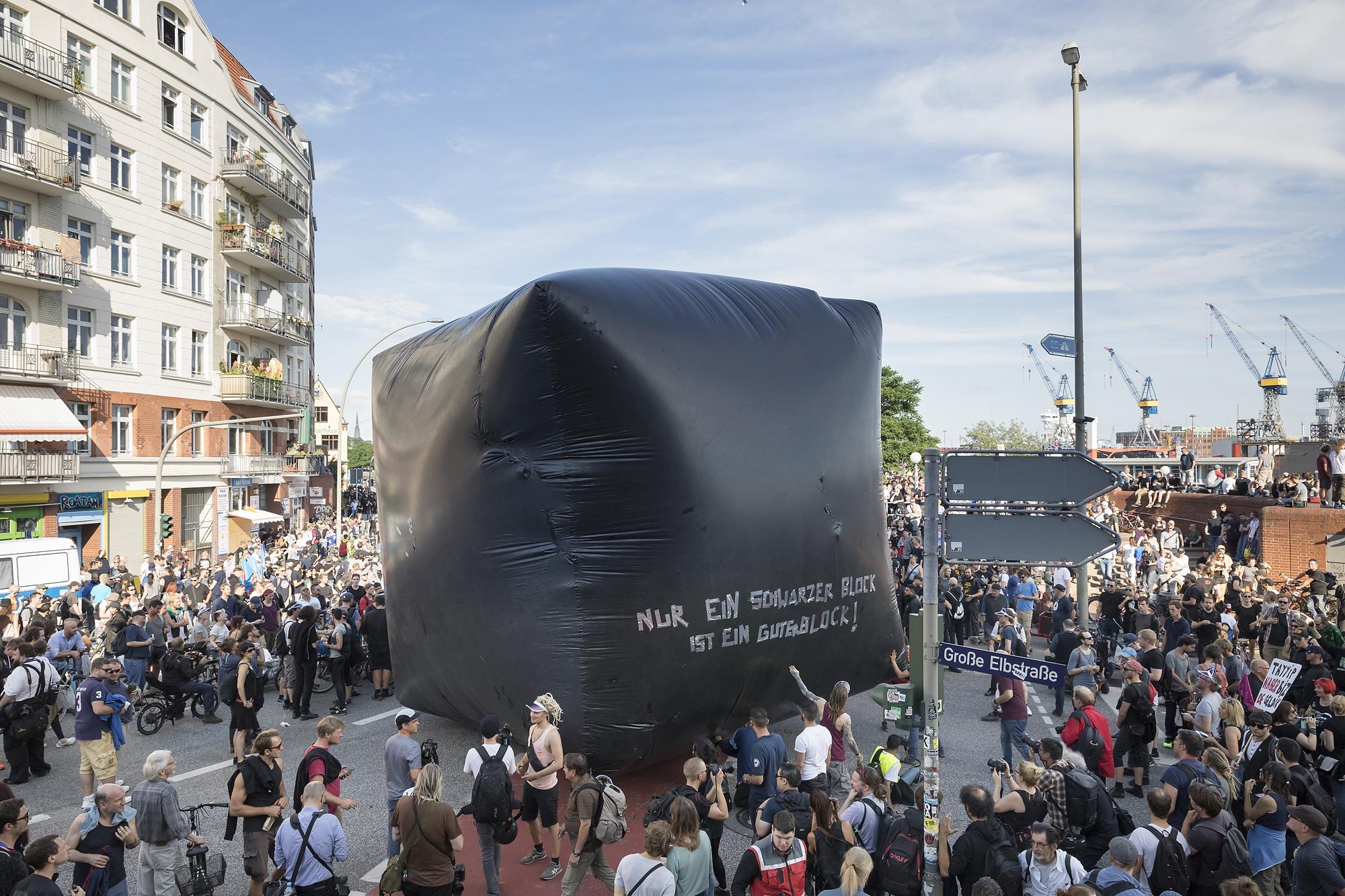 """""""Nur ein schwarzer Block ist ein guter Block"""" steht am 06/07/2017 am Fischmarkt in Hamburg vor Beginn der autonomen """"Welcome to Hell"""" Demonstration auf einem schwarzen aufblasbaren Würfel. Foto Florian Schuh"""