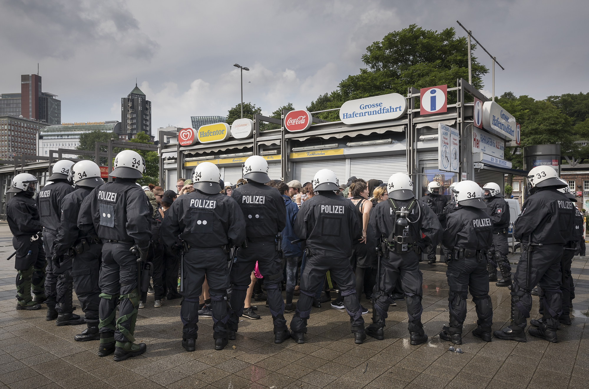 Polizisten kesseln am 07/07/2017 an den Landungsbrücken in Hamburg mehrere Demonstranten. Foto Florian Schuh