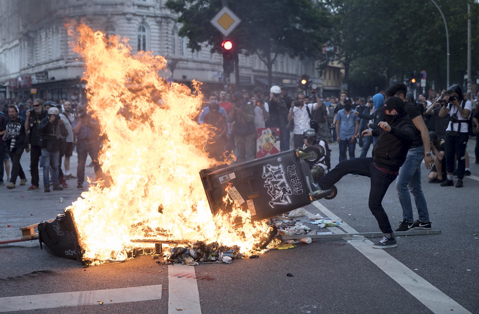 Demonstranten errichten am 07/07/2017 am Neuen Pferdemarkt in der Schanze in Hamburg eine brennende Barrikade. Foto Florian Schuh