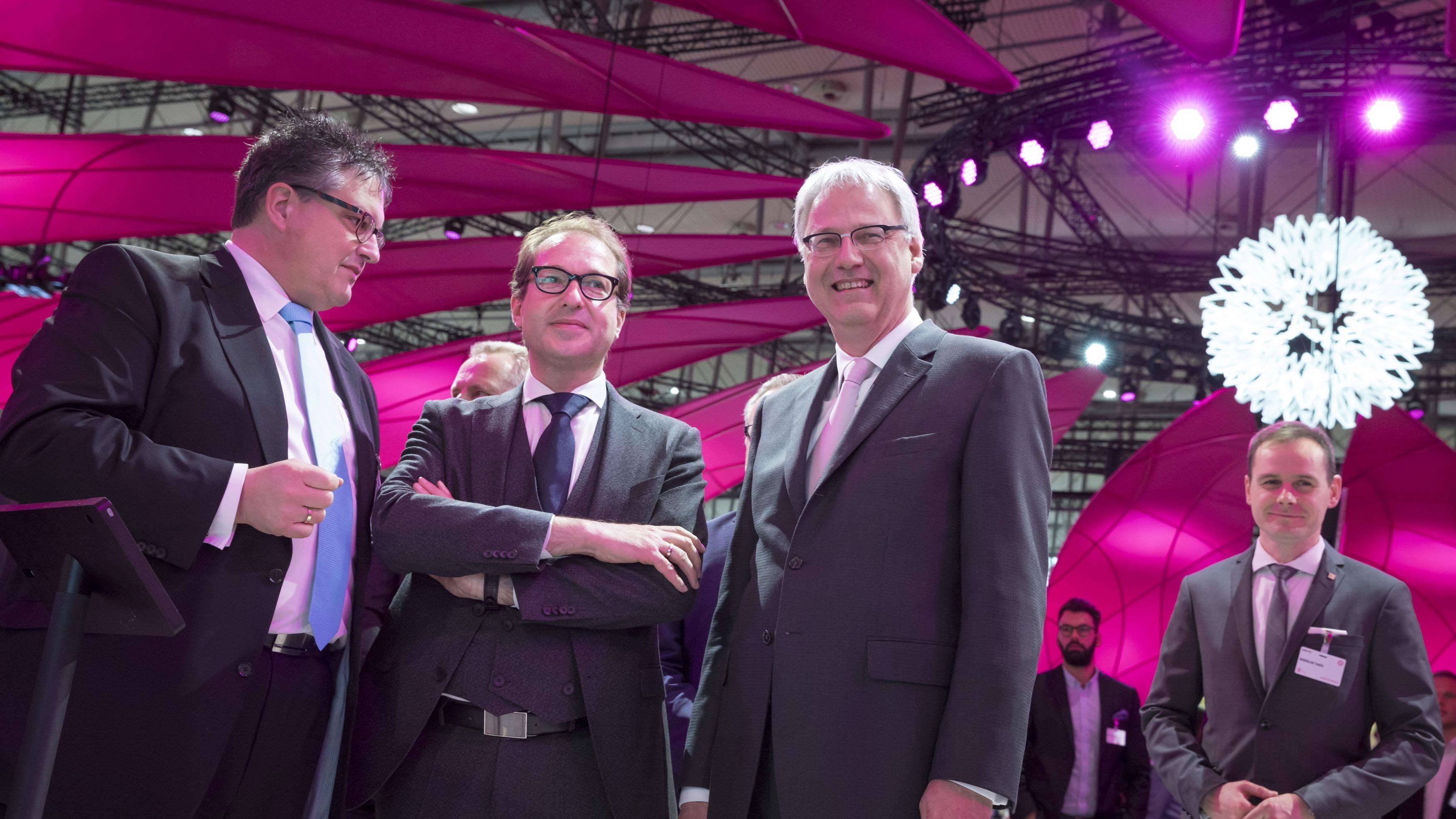 Alexander Dobrindt (Bundesminister für Verkehr und digitale Infrastruktur) besucht am 20/03/2017 den Stand der Deutschen Telekom auf der Computermesse CeBIT in Hannover.